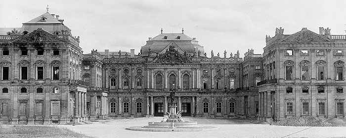 Picture: The war-damaged Würzburg Residence with the first new roofs